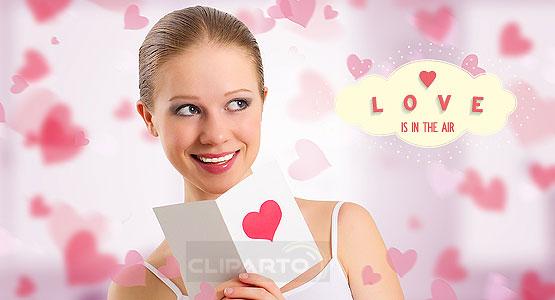 schönes Mädchen liest Valentinstagkarte